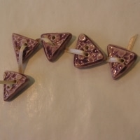 Boutons triangles Violets