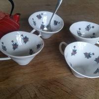 Tasses en porcelaine fleuries
