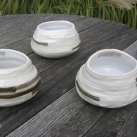 Tasses en porcelaine blanches et kakies
